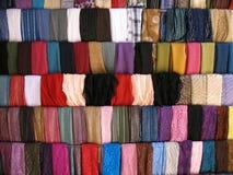 在黎巴嫩人Souk的五颜六色的布料样品 免版税库存图片