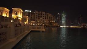 Souk Al Bahar in Burj Khalifa Lake am Nachtvorrat-Gesamtlängenvideo stock video footage