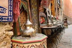 Souk (basar) i den marockanska gamla staden - Medina Arkivfoton