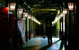 Souk de Spiece de Dubaï la nuit photographie stock libre de droits