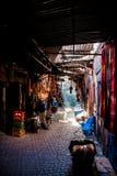 Souk en Marrakesh, con fluir de la luz del sol fotos de archivo