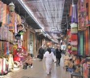 Souken av Marrakesh med att shoppa folk arkivbild
