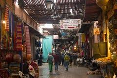 souks的人们在马拉喀什,摩洛哥 免版税库存图片