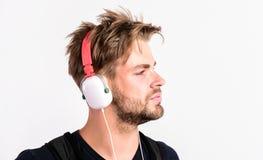 Soul-muziek ongeschoren mens het luisteren muziek in hoofdtelefoon de sexy spiermens luistert sportmuziek geïsoleerde mens in oor royalty-vrije stock foto