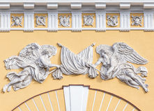 Soulagement au-dessus de l'entrée du bâtiment d'Amirauté dans l'animal familier de saint Image libre de droits