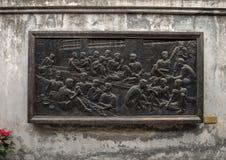 Soulagement en bronze dans la prison de Hoa Lo, commémorant transformant la prison en école pour propager l'argument révolutionna photo libre de droits