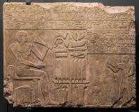 Soulagement en pierre antique au temple de Chnum en Egypte Photos stock