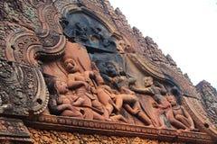 Soulagement en pierre découpé sur un temple antique chez Banteay Srei, Photos stock