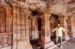 Soulagements de observation d'homme seul à l'intérieur du temple hindou du 6ème siècle avec les colonnes découpées de Karnataka a Photographie stock libre de droits