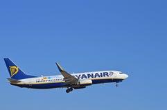 Soulevant le train d'atterrissage - Ryanair Photos stock