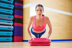 Soulevez la séance d'entraînement d'exercice de femme de pousées Image libre de droits