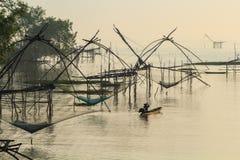 Soulevez les filets pour pêcher des poissons image libre de droits