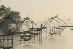 Soulevez les filets pour pêcher des poissons photo libre de droits