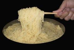 Soulevez les nouilles avec la baguette Photographie stock libre de droits