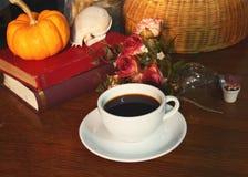 Soulevez toujours le petit déjeuner de café et le vieux livre Images stock