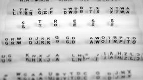 Soulignez les lettres entre d'autres lettters brouillés, noirs et blancs photographie stock