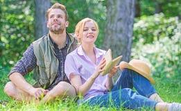 Soulmates пар на романтичной дате Романтичные студенты пар наслаждаются отдыхом с предпосылкой природы поэзии приятно стоковые фото