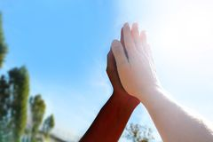 Soumettre noirs et blancs ensemble dans le top-là Images libres de droits