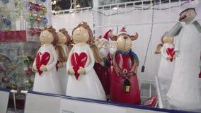 SOUMI, DE OEKRAÏNE - 05 DEC, 2018: Decoratieve Kerstmisbeeldjes van engelen en dieren voorbereiding voor het nieuwe jaar stock footage