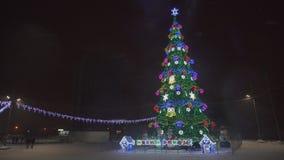SOUMI, DE OEKRAÏNE - 21 DEC, 2018: Mooie Kerstmisboom in het stadsvierkant stock videobeelden