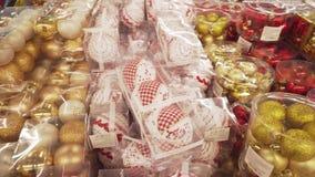 SOUMI, DE OEKRAÏNE - 12 DEC, 2018: Pan van verschillend feestelijk speelgoed voor een Kerstboom stock footage