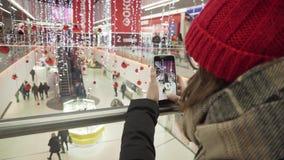 SOUMI, DE OEKRAÏNE - 16 DEC, 2018: De vrolijke jonge vrouw in in uitrusting registreert timelapse video voor haar videoblog terwi stock footage
