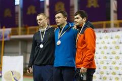 SOUMI, DE OEKRAÏNE - FEBRUARI 17, 2017: winnaars in de polsstokspringenconcurrentie in een binnenspoor en gebiedsgebeurtenis Stock Afbeelding