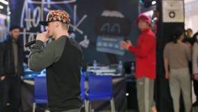 SOUMI, UKRAINE 25 FÉVRIER 2017 : les appels moustached de MC à la foule des spectateurs au hip-hop sauvage de danses dansent le f banque de vidéos