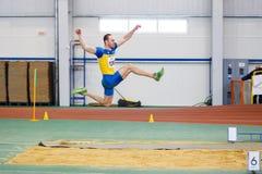 SOUMI, UKRAINE - 17 FÉVRIER 2017 : Serhiy Nykyforov exécutant son long saut dans la qualification sur la voie d'intérieur ukraini Photographie stock libre de droits