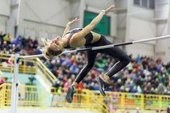 SOUMI, UKRAINE - 18 FÉVRIER 2017 : Yuliia Levchenko sautant par-dessus la barre en concurrence en hauteur finale d'intérieur ukra Photo stock