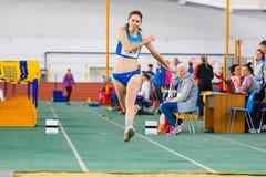 SOUMI, UKRAINE - 28 JANVIER 2018 : Anna Krasutska exécutant son saut triple dans la finale sur l'athlétisme d'intérieur ukrainien Photo libre de droits