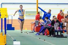 SOUMI, UKRAINE - 28 JANVIER 2018 : Anna Krasutska exécutant son saut triple dans la finale sur l'athlétisme d'intérieur ukrainien Photographie stock libre de droits