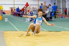 SOUMI, UKRAINE - 28 JANVIER 2018 : Anna Krasutska exécutant son saut triple dans la finale sur l'athlétisme d'intérieur ukrainien Image libre de droits