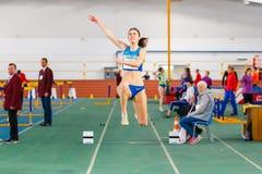 SOUMI, UKRAINE - 28 JANVIER 2018 : Anna Krasutska exécutant son saut triple dans la finale sur l'athlétisme d'intérieur ukrainien Images libres de droits