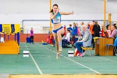 SOUMI, UKRAINE - 28 JANVIER 2018 : Anna Krasutska exécutant son saut triple dans la finale sur l'athlétisme d'intérieur ukrainien Photos libres de droits