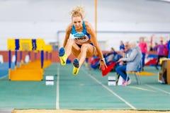 SOUMI, UKRAINE - 28 JANVIER 2018 : Olga Saladukha exécutant son saut triple dans la finale sur l'athlétisme d'intérieur ukrainien Photographie stock