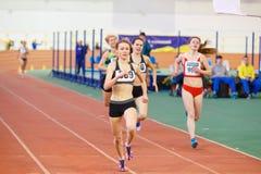 SOUMI, UKRAINE - 28 JANVIER 2018 : Victoriya Shkurko gagne la course de 3000m sur l'équipe d'intérieur ukrainienne d'athlétisme Image stock