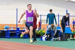 SOUMI, UKRAINE - 28 JANVIER 2018 : Vitaliy Butrym gagne la course de 400m sur le championnat d'intérieur ukrainien d'équipe d'ath Images stock