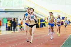 SOUMI, UKRAINE - 28 JANVIER 2018 : Yulia Dyatlova prend la deuxième place dans la course de 800m sur l'athlétisme d'intérieur ukr Photo libre de droits