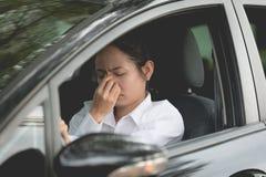 Soumis à une contrainte du conducteur asiatique de femme se reposant à l'intérieur de sa voiture Images libres de droits