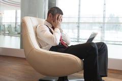 Soumis à une contrainte l'homme d'affaires couvre le visage de mains Images libres de droits
