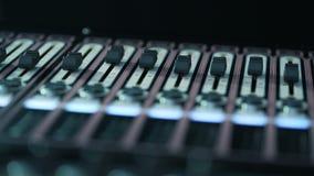 Soundboard knoppar Skapa en solid design discjockeyarbetsplats arbeten för solid tekniker stock video