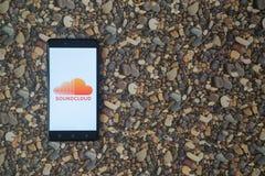 Soundcloud-Logo auf Smartphone auf Hintergrund von kleinen Steinen Stockfotos