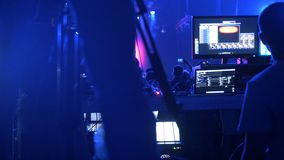 Soundman在专业声测设备运作在摇滚乐音乐会 影视素材