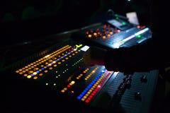 Soundman που λειτουργεί στην κονσόλα μίξης Στοκ φωτογραφίες με δικαίωμα ελεύθερης χρήσης