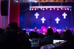 Soundman που λειτουργεί στην κονσόλα μίξης Στοκ Εικόνα