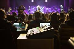 Soundman που λειτουργεί στην κονσόλα μίξης Στοκ Εικόνες