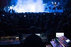 Soundman που λειτουργεί στην κονσόλα μίξης Στοκ φωτογραφία με δικαίωμα ελεύθερης χρήσης