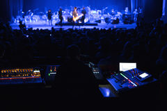 Soundman που λειτουργεί στην κονσόλα μίξης Στοκ εικόνα με δικαίωμα ελεύθερης χρήσης