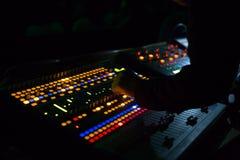 Soundman που λειτουργεί στην κονσόλα μίξης Στοκ Φωτογραφίες